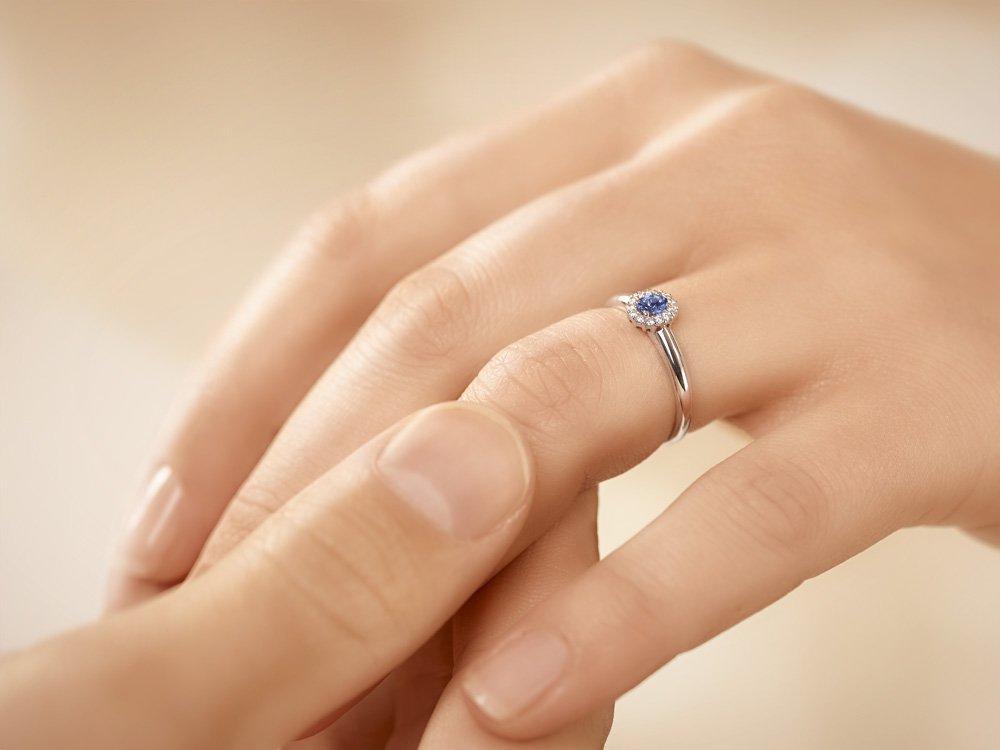 Saphir-Verlobungsring Jolie in 18K Weißgold mit Diamanten 0,06ct Made in Germany