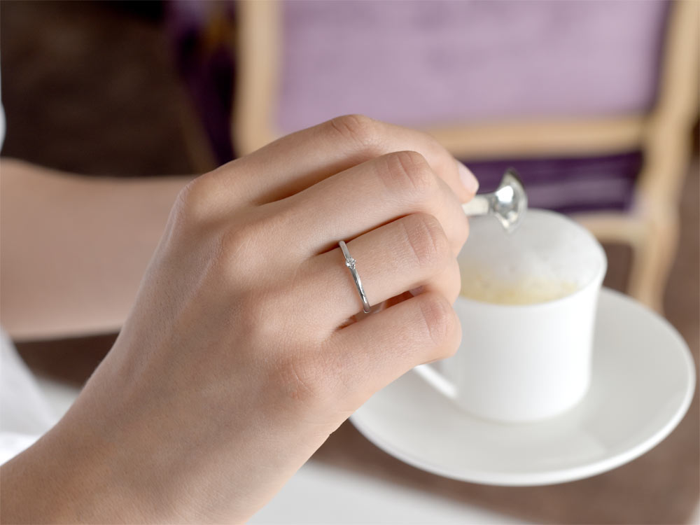 Verlobungsring Melody in 18K Weißgold mit Diamant 0,05ct G/VS handgefertigt
